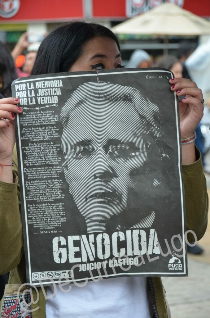 Plantones a favor y en contra de Uribe
