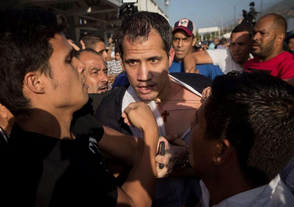 Con golpes y reclamos venezolanos recibieron a Guaidó en Maiquetía