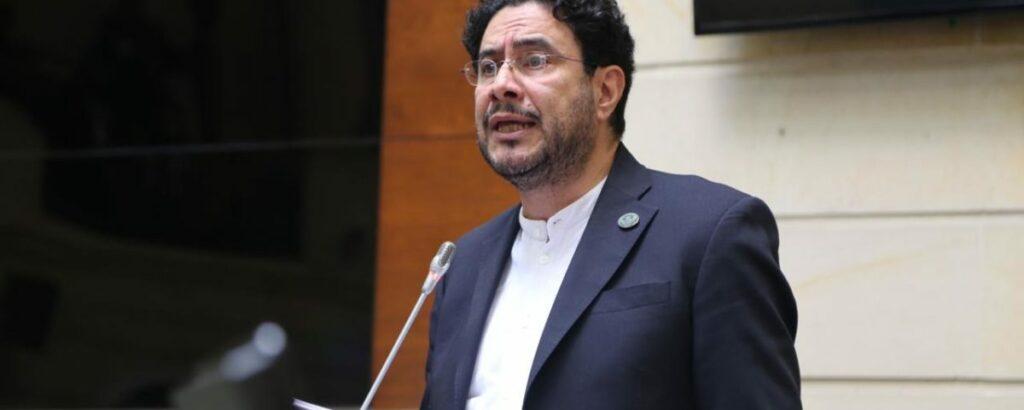 Mindefensa acogió proposición del senador Iván Cepeda: irán a la salud recursos para compra de armas