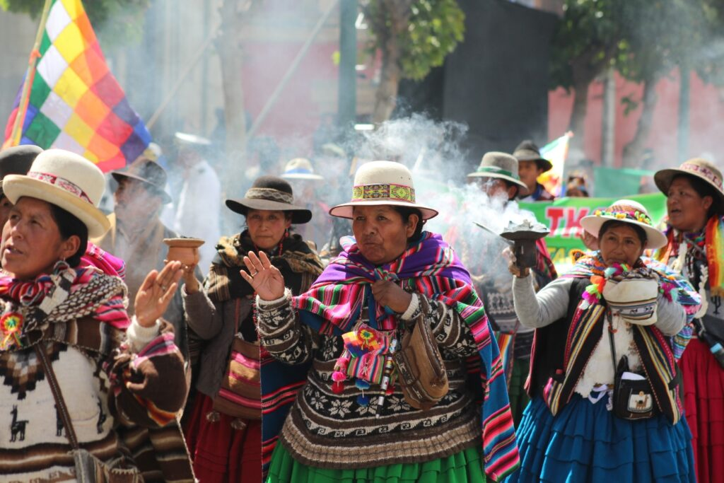 ¿Los indígenas no pagan impuestos en las repúblicas criollas?